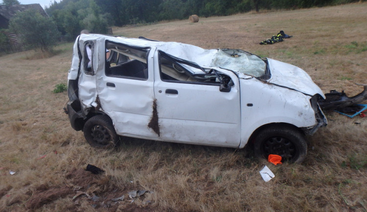 Tragická nehoda u Hostinného. Auto se převrátilo na střechu, řidič nepřežil