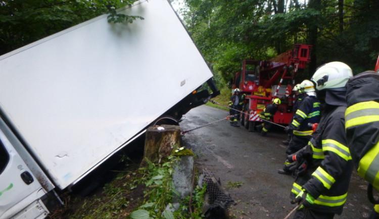 FOTO: Dodávka vyjela mimo silnici a narazila do stromu, řidič skončil v nemocnici