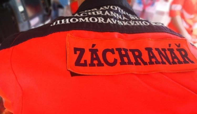 Při koupání na Hradecku utonulo tříleté dítě. Svědkové a záchranáři ho přivedli zpět k životu