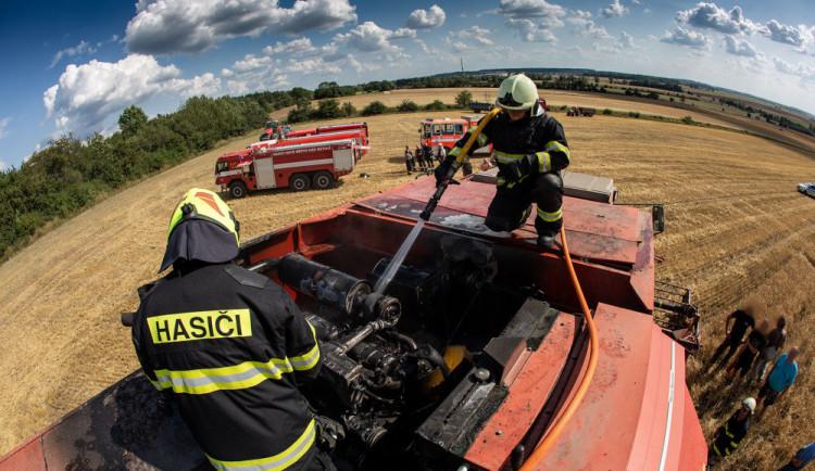 FOTO: Při sklizni začal hořet kombajn. Řidič se zachránil