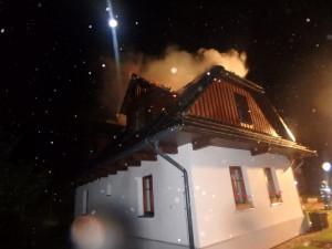 FOTO: Blesk zapálil roubenku. Škoda přesahuje milion korun