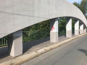 Malšovický most nevydržel čistý ani dva měsíce. Vandalové ho posprejovali