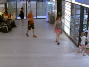 Muž zapomněl v Atriu tašku, záhy mu jí ukradli. Policie žádá o pomoc