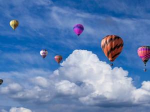 Fiestu horkovzdušných balonů kazí počasí. V sobotu by se jich ale mohlo vznést 25!
