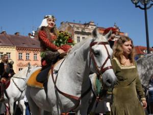 Slavnosti královny Elišky vrcholí dnešním celodenním programem v centru Hradce