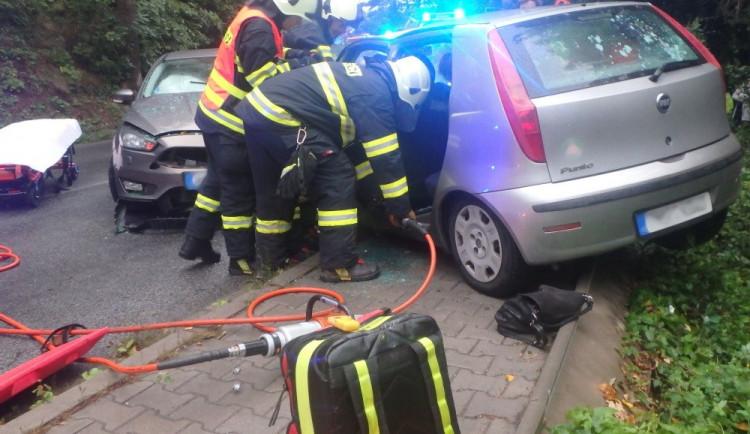 FOTO: Hasiči zasahovali u srážky dvou vozidel, silnice byla uzavřena