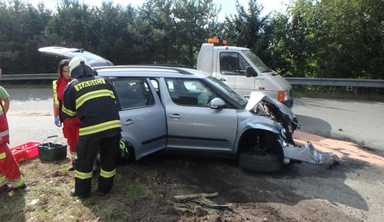 Střet s několika tunami nedopadl naštěstí pro řidiče automobilu fatálně