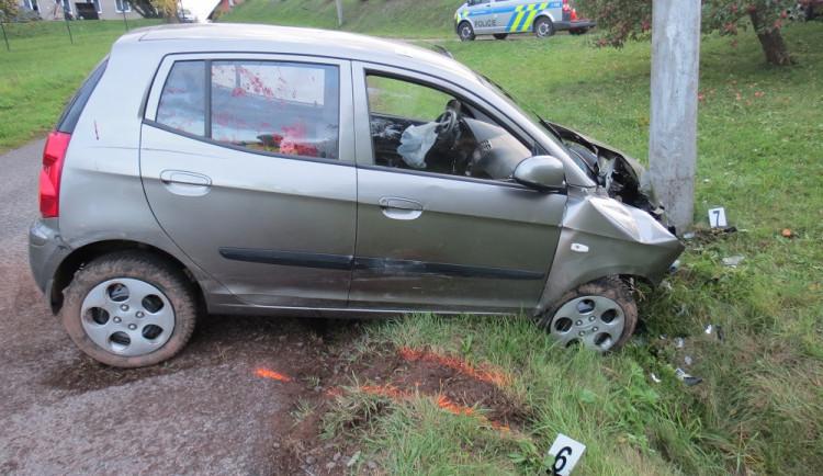 FOTO: Třiaosmdesátiletý řidič nezvládl řízení a narazil s autem do sloupu