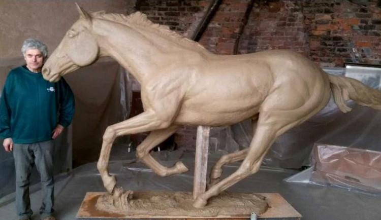 Bronzová socha koně Peruána je hotová, odhalena bude 12. října