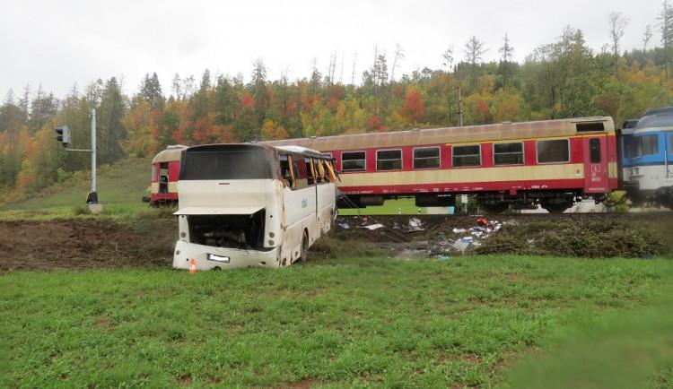 Hrozivá nehoda na Trutnovsku. Řidič autobusu nedobrzdil zatáčku, narazil do sloupu, a poté se střetl s vlakem