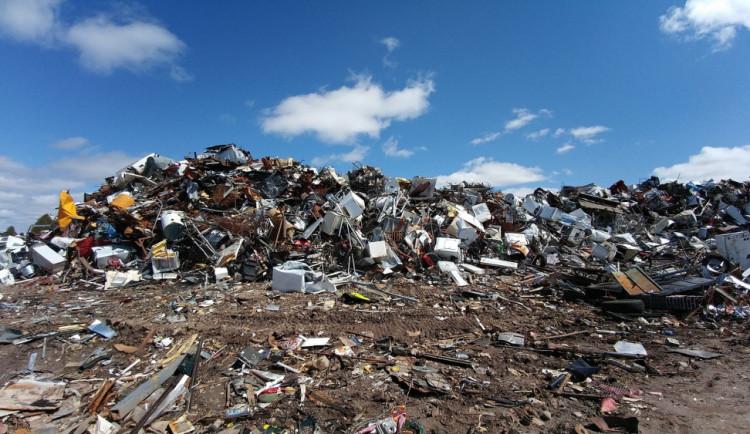 Z nelegální skládky chemikálií na Jičínsku látky neunikly