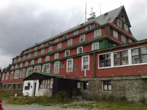 V Krkonoších začala demolice Sokolské boudy