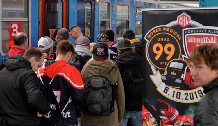 Výjezd, který nemá obdoby. Hradecká vlna míří do Rakouska a hokejisté s sebou berou stovky fanoušků