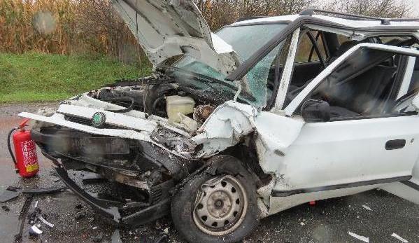 FOTO: Hromadná nehoda na Hradecku. Řidiče ve vážném stavu transportoval vrtulník do nemocnice