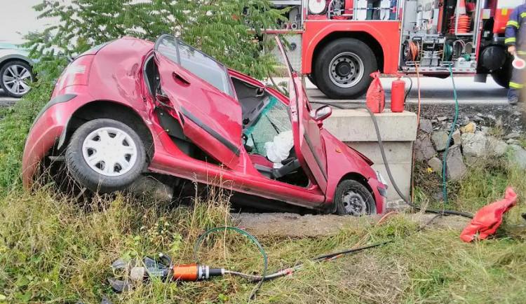 Tragická dopravní nehoda u Červené Třemešné. Řidič se zabil nárazem do mostku