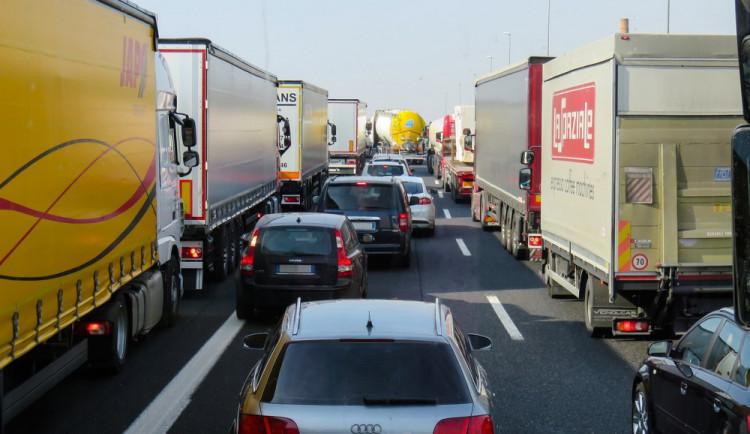 Srážka auta a kamionu uzavřela cestu z Hradce Králové na Náchod