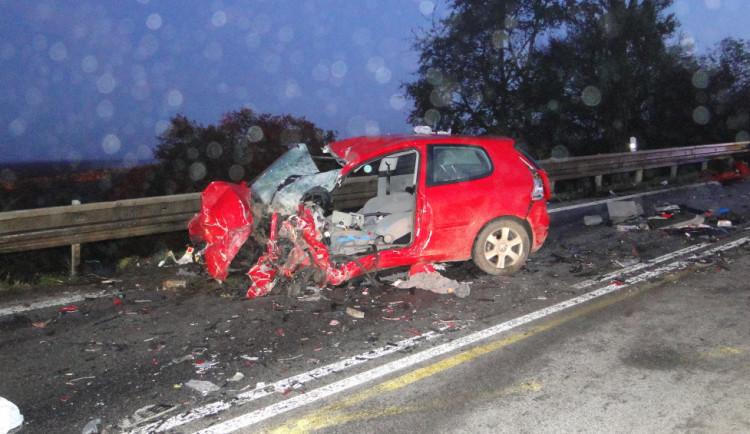 Vážná dopravní nehoda z rána má smutný konec. Jedna osoba z auta po převozu do nemocnice zemřela