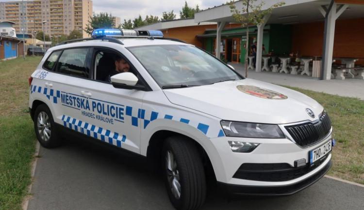 Opilci napadli v Hradci taxikáře. Kopali mu do dveří auta a rozbili čelní sklo