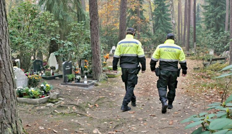 Strážníci dohlédnou na hřbitovy a jejich okolí