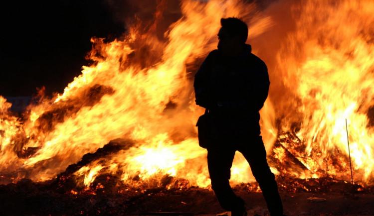 Před pardubickým divadlem se muž polil hořlavinou a zapálil