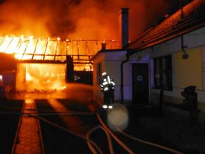 Stodola v Bříšťanech shořela, škoda je půl milionu korun