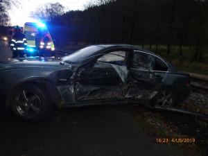 Řidič v luxusním vozidle narazil do stromu. Nic se mu nestalo, ale auto je na odpis