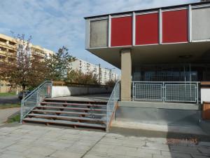 GALERIE: Na Benešovku se přeci jen vrhli dělníci! Ti ale opravili jen schodiště lávky, které byly v katastrofalním stavu