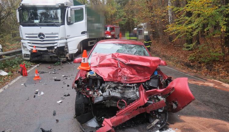 Řidič nezvládl na mokré silnici řízení a ve vysoké rychlosti se v protisměru střetl s kamionem