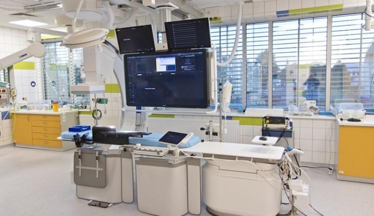 Fakultní nemocnice v Hradci je zase o fous modernější. Angiografický přístroj pomůže nemocným se srdcem