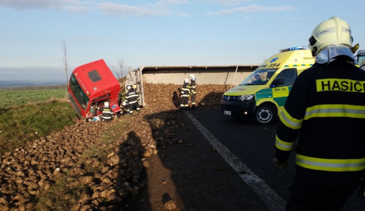 FOTO: Převrácený kamion, který převážel řepu, zablokoval celou silnici