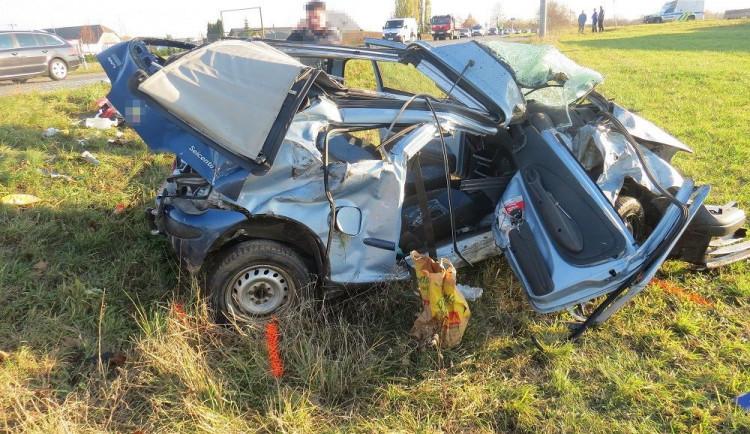 Řidič nedal kamionu přednost. Po střetu pro něj letěl vrtulník a v nemocnici bojuje o život