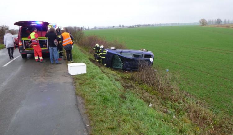 Dopravní nehoda u Třebechovic si vyžádala dva zraněné, auto skončilo v příkopu na střeše