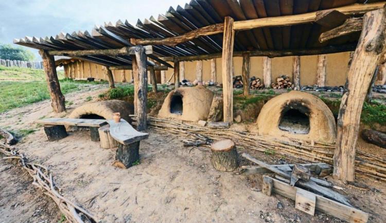 V archeoparku Všestary předvedli pohřební rituál starý 6000 let