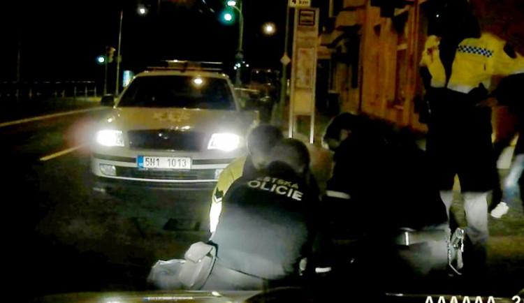 """Muži v Hradci hajlovali a fašistickými gesty """"zdravili"""" projíždějící policisty. Skončili v poutech a následně na záchytce"""