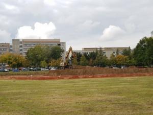 Parkoviště u hradecké nemocnice se o dva miliony prodraží