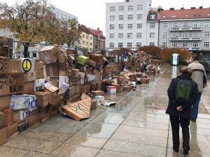 Deštěm poničená zeď z krabic opět stojí. Pomohly desítky lidí, obchody i školy