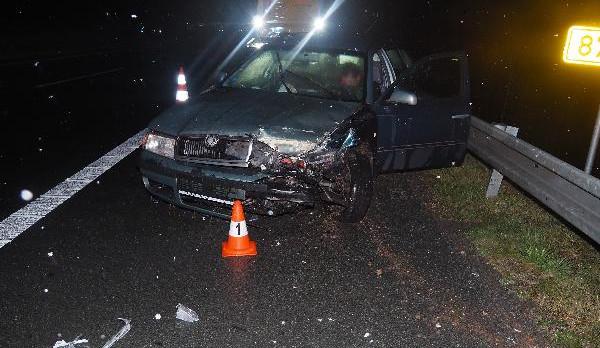 Řidič se lekl vody, která mu dopadla na čelní sklo, dostal smyk, a následně narazil do svodidel