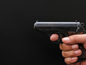 Opilý muž se zbraní vyděsil v Třebechovicích cestující ve vlaku