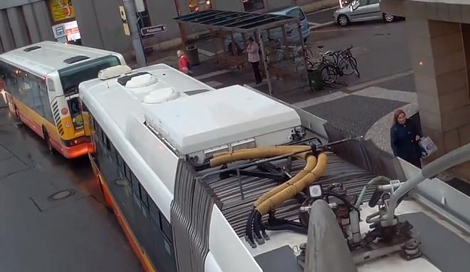 VIDEO: Trolejbus s kamerou ukázal, jak to mají řidiči těžké  při ranní dopravní špičce