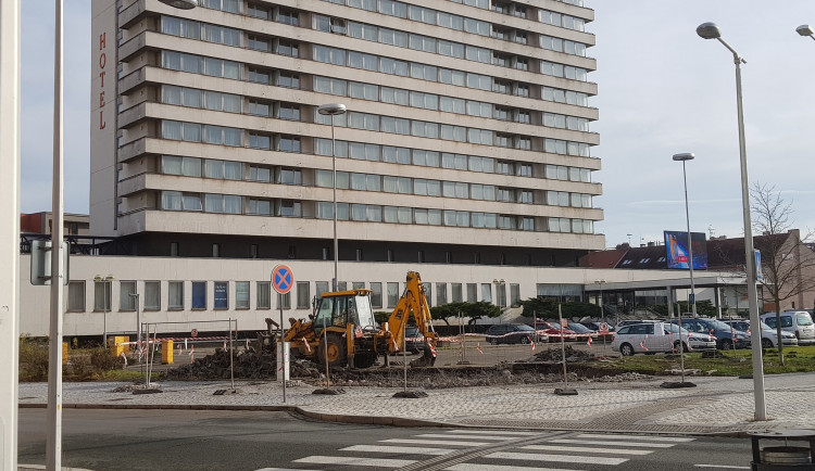 FOTO: Cyklověž u nádraží v Hradci se definitivně rozloučila