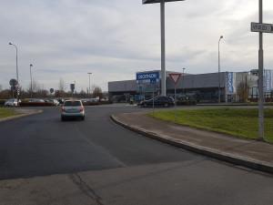 FOTO: Konec výmolům a dírám! Silnice u obchodního centra v Březhradě se dočkala opravy