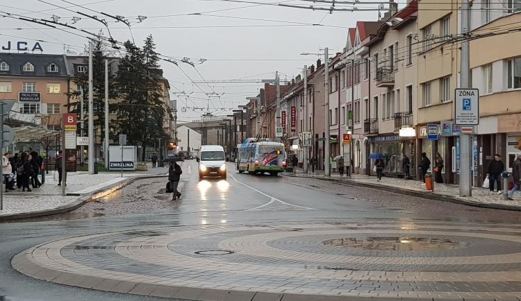 Past na řidiče, nebo neznalost? Směrem od nádraží kTescu je zákaz vjezdu. I tak strážníci vokolí letos řešili už 1257 přestupků