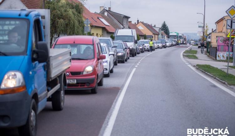 Silnici u Sadové zablokoval převrácený kamion, ta byla několik hodin neprůjezdná