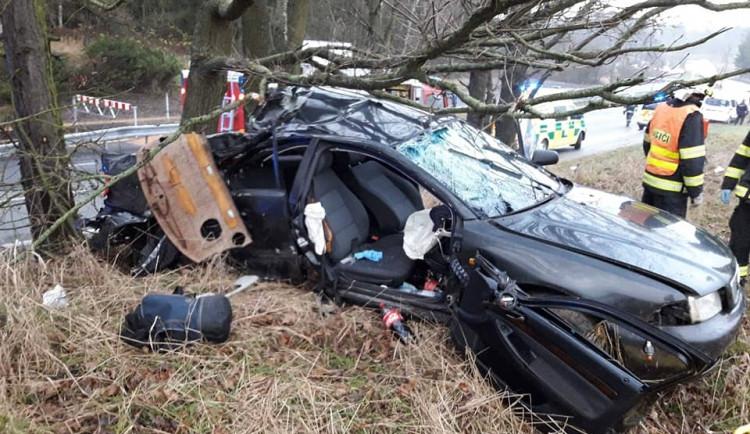 Řidič nárazem do stromu svoje auto zdemoloval. Pro jednu osobu letěl vrtulník, ta v nemocnici bojuje o život