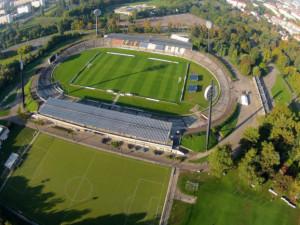 KOMENTÁŘ: Budoucí fotbalové arény v Hradci a Pardubicích jsou stále na stejném startu. Kdo protne ale pásku první?