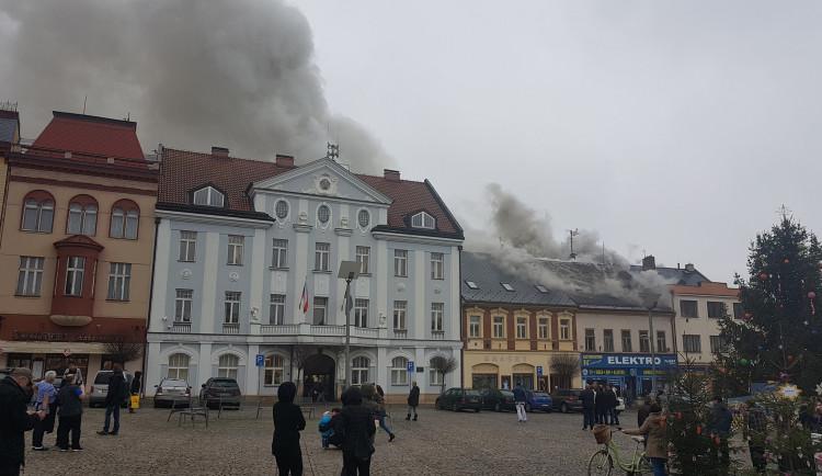 Na náměstí ve Dvoře Králové hořela střecha domu. Evakuováno bylo přes 90 lidí