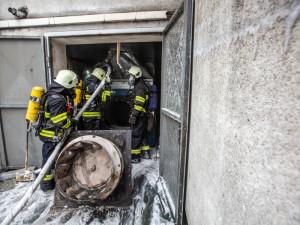 FOTOGALERIE: Ve Smiřicích hořela lakovna, škoda pravděpodobně přesáhne milion