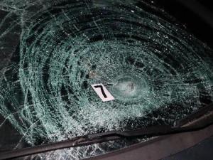 Žena ve tmě přecházela silnici, následně ji srazilo auto. S těžkým zraněním skončila v nemocnici