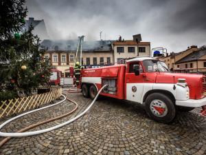 FOTOGALERIE: Požár na náměstí ve Dvoře Králové očima hasičů. Škoda atakuje hranici tří milionů
