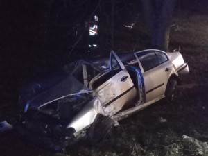 Hrůzostrašná bilance pokračuje. Auto na Rychnovsku narazilo do stromu a vzplálo, řidič zahynul